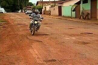 Buracos no asfalto causam transtorno em Pires do Rio, Goiás - Moradores do município somam os prejuízos por causa das crateras espalhadas pelas ruas da cidade. O superintendente da prefeitura disse que o asfalto da cidade será recapeado, mas não sabe quando.