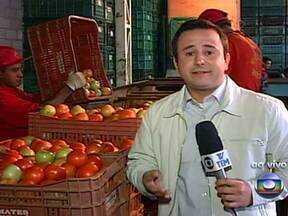 Hortaliças estão mais caras desde o começo de 2013 - No centro de abastecimento do Jundiaí, caixa com 22kg de tomate passou de R$ 40 para R$ 80. Explicação para a alta do preço é o excesso de chuva no verão que prejudica a lavoura.