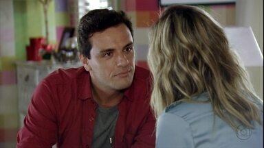 Théo promete não decepcionar Érica - Érica pergunta se o capitão realmente quer se casar com ela. Morena sofre pensando no ex e irrita Lucimar ao não permitir que Junior se aproxime de Russo