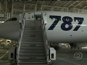 Decolagens do 787 Dreamliner da Boeing são proibidos em todo mundo - Todos os aviões modelo 787 da Boeing estão proibidos de decolar no mundo inteiro, até que a fabricante comprove que são seguros. Depois de mais um problema, a Agência de Aviação dos EUA anunciou a proibição.