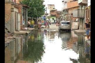 Morador denuncia constantes alagamentos na rua Macajás, no bairro do Guamá - O servente Nelson Pereira conta que a comunidade enfrenta o problema há anos.