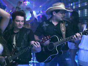 Fantástico apresenta em primeira mão novo clipe de Fernando e Sorocaba - No vídeo da música 'Livre', os cantores de sertanejo universitário aparecem caracterizados como caminhoneiros.