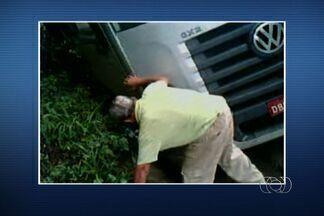 Motorista bêbado bate caminhão e cai após descer do veículo - Caminhoneiro estava com 13 vezes acima do limite de álcool permitido.Antes da colisão, veículo bateu em cones de sinalização da BR-153.