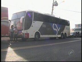 Criminoso finge ser passageiro e assalta ônibus em Penápolis, SP - Cerca de 30 passageiros de um ônibus de linha foram assaltados na Rodovia Assis Chateaubrind, durante a madrugada desta segunda-feira (21). O veículo saiu de Campo Grande (MS) e seguia para Goiânia (GO). O assalto foi na região de Penápolis (SP).