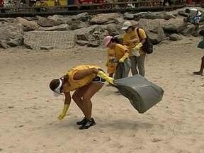 Centenas de voluntários fazem mutirão para limpeza das praias do Rio - Funcionários da Comlurb também participaram da ação. Kits com camisetas, sacos de lixo e luvas foram distribuídos. Divididos em grupos, os voluntários recolheram tudo o que pode poluir as areias.
