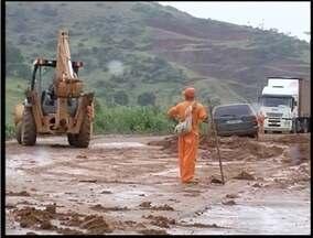 Um deslizamento de terra interditou parte de BR-116, proximo a Taboquinha - Forte chuva foi a responsável. Pista deve ser liberada na tarde desta segunda (21).