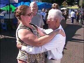 Idosos distribuem abraços em Foz do Iguaçu - Para comemorar o Dia do Abraço, senhores e senhoras do Lar dos Velhinhos passaram o domingo de manhã abraçando quem passava pela feirinha da JK