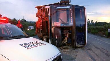 Acidente com ônibus fere 18 pessoas na BR-040, próximo a Sete Lagoas - Um ônibus de turismo tombou e interditou a pista nos dois sentidos.