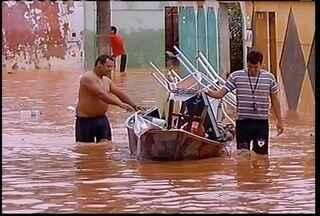 População de Montes Claros sofre com o forte temporal que atingiu a cidade - População de Montes Claros sofre com o forte temporal que atingiu a cidade. Somente neste final de semana choveu 128 milímetros.
