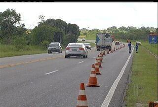 Concessionária da Via Lagos começa a receber nova sinalização nas pistas - Mureta de separação são colocadas para evitar acidentes na rodovia.Acostamentos serão pavimentados e sistema de sinalização será adaptado.