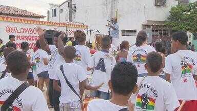 Naná Vasconcelos encanta comunidade com ensaio de maracatu - Percussionista se apresentou em Chão de Estrelas. Terça-feira tem ensaio no Pina.