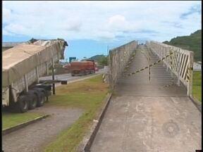 Passarela da BR CENTO e UM, em Penha, terá que ser reestruturada - A passarela da BR-101, em Penha, terá que ser reestruturada. Uma das vigas foi danificada em um acidente que provocou congestionamento de mais de 40 quilômetros no fim de semana