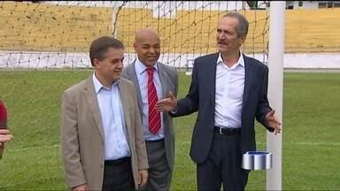 Ministro do Esporte visita estádio Martins Pereira, em São José dos Campos (SP) - Aldo Rebelo (PCdoB) andou pelo gramado, fez elogios, mas também pediu mudanças que podem ajudar a cidade a receber uma seleção estrangeira durante a Copa do Mundo de 2014.