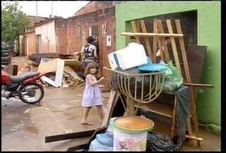 Prefeito de Montes Claros decreta situação de emergência por causa do temporal - Chuva do fim de semana deixou estragos em vários pontos da cidade. Número de famílias desabrigadas chegam a 210.