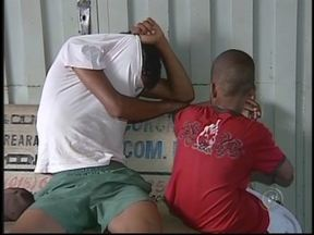 Menores são detidos novamente ao tentar furtar uma moto em Araçatuba, SP - Um adolescente de 15 anos e uma criança de 10 foram detidos tentando furtar uma moto em Araçatuba (SP) nesta segunda-feira (21). O caso é mais ainda grave pelo fato de os dois já terem sido flagrados roubando motos na semana passada.