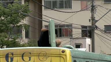 Jovem é flagrado se arriscando sobre ônibus - Mulheres também foram vistas