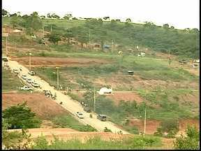 Famílias invadem Área de Preservação Permanente em Nova Serrana, MG - De acordo com a Prefeitura, área é particular.Local já foi degradado, diz Secretaria Municipal de Meio Ambiente.