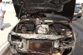 Carro pega fogo na Av. Beira Mar em São Luís - Motorista contou que carro começou a apresentar problemas quando atravessava a Ponte José Sarney.