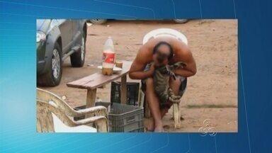 Vídeo flagra homem mordendo cabeça de gato em Iranduba, no AM - Um homem foi flagrado mordendo a cabeça de gato no fim da tarde de sábado (19) no estacionamento de uma feira de frutas próximo à cidade de Iranduba (distante 25km de Manaus).