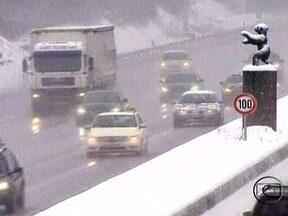 Neve assola quase toda Europa nesta segunda-feira (21) - O inverno rigoroso da Europa vem causando muitos transtornos para o setor de transportes em vários países.Os principais aeroportos do continente fecharam. Em paris, 40% dos voos foram cancelados.