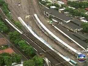 Passageiros encontram problemas em um dos ramais da SuperVia - Um grande ponto de alagamento entre as linhas de Triagem e Bonsucesso impede a passagem do trem entre as estações.