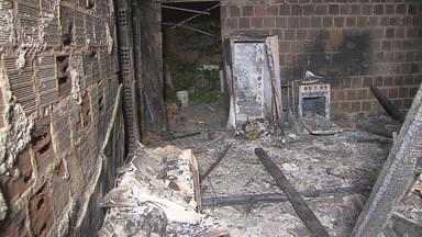 Incêndio destrói casa abandonada em loteamento às margens da PE-22 - De acordo com moradores, é a segunda vez que o imóvel pega fogo.