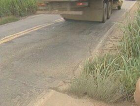 Polícia Rodoviária Federal notifocou o Dnit sobre um buraco que está se formando na BR 364 - O buraco é próximo a Ji-Paraná, a chuva e o volume de veículos que passam no local, podem provocar desmoronamento da pista.