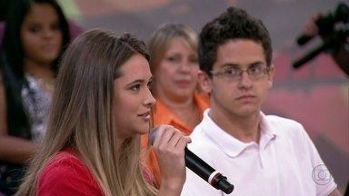 Juliana Paiva e David Lucas são contra a ideia de um chip no uniforme escolar - Atores de Malhação acham que essa não é a melhor saída