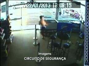 Garoto tem 70% do corpo queimado após explosão de narguilé - Câmeras de segurança registraram o desespero do adolescente.