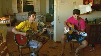 Estudantes universitários de São Carlos fazem bicos para ajudar no orçamento - Estudantes universitários de São Carlos fazem bicos para ajudar no orçamento.