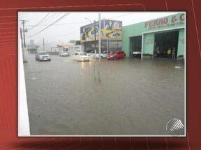 Chuva causa alagamentos na cidade de Jequié - No bairro São Judas Tadeu, cerca de 60 pessoas ficaram ilhadas, e foram retirados em botes pelos bombeiros.