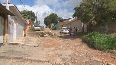 Falta de pavimentação que atrapalha a vida de pedestres e motoristas no Timbi - É a sétima vez que o Calendário do NETV 1ª Edição volta ao bairro em Camaragibe, nas ruas Hercina Lapenda e Clodoaldo Marques de Santana.