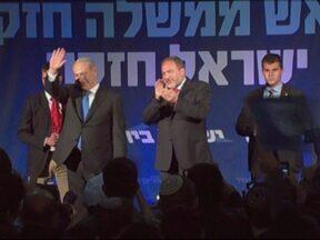 Netanyahu vence eleições em Israel, mas perde apoio no Parlamento - Netanyahu perdeu 11 cadeiras no Parlamento e terá de fazer uma coalizão ainda maior para formar o governo. A surpresa nas eleições foi o ex-apresentador de TV Yair Lapid, que contesta a influência dos judeus ortodoxos em Israel.