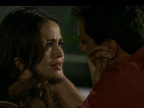 Morena e Théo se beijam - Casal não resiste ao sentimento