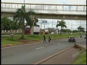 Pedestres se arriscam ao cruzar rodovia em Ourinhos, SP - Apesar de cinco pessoas já terem morrido no local e onze atropelamentos em dois anos, os usuários deixam a passarela construída sobre a pista e a segurança de lado para ganhar tempo.