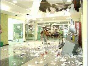 Bandidos explodem caixa eletrônico e trocam tiros com a polícia - Como a polícia chegou na hora da ação os bandidos não conseguiram levar o dinheiro.