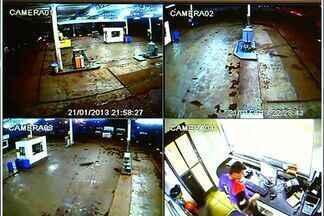 Câmeras flagram assalto a posto de combustíveis de Jataí, Goiás - Policiais passaram ao lado do local no momento que os criminosos fugiam.Quadrilha levou todo o dinheiro do caixa e celular de frentista.