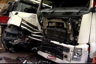 Três carretas se envolvem em acidente em rodovia de Cariacica, ES - Uma mulher ficou ferida e foi hospitalizada.