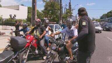 Detran começa blitz educativa para motociclistas e motoboys - Eles receberam uma cartilha sobre o uso de equipamentos obrigatórios de segurança. Em Brasília, está em discussão uma proposta para reduzir os impostos desses equipamentos e torná-los mais acessíveis.