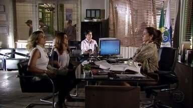 Érica e Márcia procuram Helô - Stenio pede para a ex-mulher impedir Mustafa de voltar para Istambul. Érica e Márcia contam que encontram Jéssica no banheiro e que esbarraram com Rachel saindo do local