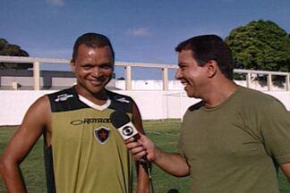 Entrega de prêmio a Warley, que venceu no ano passado o Cartola do GE Paraíba - Artilheiro ainda jogava pelo Campinense quando pediu de prêmio uma camisa do Botafogo, xará do homônimo paraibano onde ele atual hoje em dia.