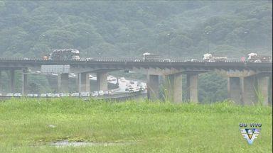 Por causa do feriado de São Paulo as estradas ficamcongestionadas no feriado - A Rodovia dos Imigrantes tem grande fluxo de carros nesse feriado.
