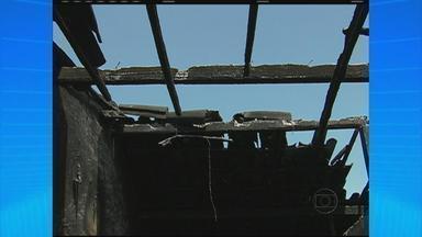 Irmãos gêmeos morrem em incêndio dentro de casa em Arcoverde, no Sertão - Os vizinhos ainda tentaram salvar as crianças, de três anos, e arrombaram a porta da frente da casa, mas já encontraram os meninos mortos. Os corpos estavam embaixo da cama.