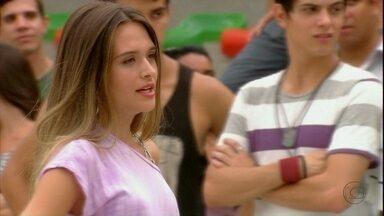 Fatinha propõe uma competição de dança - A galera fica animada e Fatinha provoca Bruno com passos sensuais. O rapaz fica sem ação e Ana se irrita. Fatinha desafia Bruno a dançar com os meninos