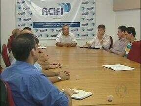 Reunião discute problema da falta de segurança em Foz do Iguaçu - Durante encontro, os representantes do Conselho Comunitário de Segurança e da Associação Comercial de Foz discutiram a necessidade de aumentar o número de policiais na cidade, principalmente na região da Ponte da Amizade.