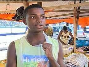 Taça das Favelas: ajudante do pai na feira, jovem tem sonho de se tornar jogador - Anderson se emociona ao falar sobre sua história de determinação.