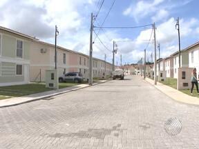 Moradores de um condomínio em Lauro de Freitas reclamam de problemas no local - Segundo os moradores, além da construtora ter atrasado para entregar os imóveis, o condomínio não tem água encanada, o esgoto está entupido e o projeto apresenta falhas.