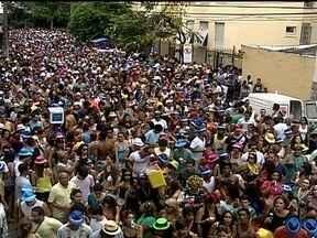 Foliões se divertem em blocos de carnaval de rua pela cidade neste sábado (26) - Para muitos foliões, o sábado (27) foi só alegria. Milhares de pessoas acompanham os blocos de carnaval de rua espalhados pela cidade do Rio.