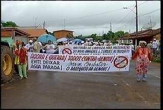 Moradores de Glaucilândia, no Norte de Minas fazem mutirão contra a dengue - Moradores de Glaucilândia, no Norte de Minas fazem mutirão contra a dengue. Quem não colaborar pode ser multado.