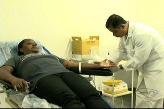 Amigos se reúnem para doar sangue em Cachoeiro de Itapemirim, no Sul do ES - Eles doaram para o banco de sangue da Santa Casa, que está com quantidade insuficiente.